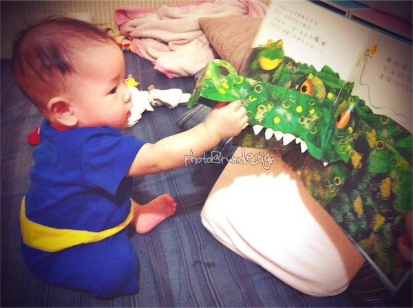 Thor第一次看童書:張開大嘴呱呱呱[拍攝日:2011:10:12]-02.jpg