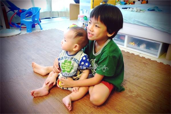 抱在一起看電視~Todd & Thor 兄弟倆[拍攝日:Thor滿七個月].jpg
