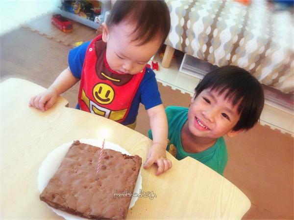 Thor一歲了~布朗尼生日蛋糕[偷挖蛋糕偷撿屑屑吃]-04