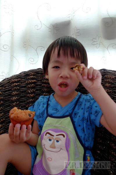 20100510-Todd吃桂圓杯子蛋糕01