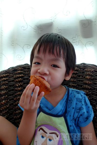 20100510-Todd吃桂圓杯子蛋糕03