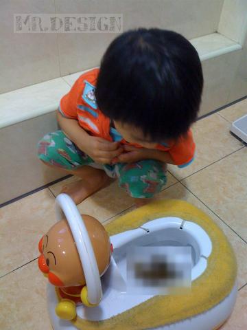 todd便便~第一次坐在麵包超人馬桶上便出來-20100516-01