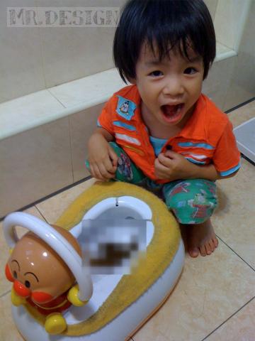 todd便便~第一次坐在麵包超人馬桶上便出來-20100516-02