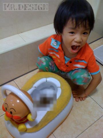 todd便便~第一次坐在麵包超人馬桶上便出來-20100516-03