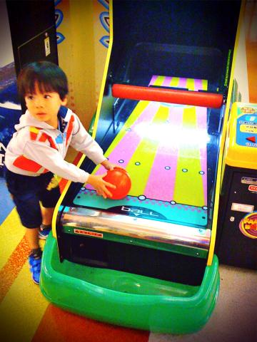 Todd在SEGA WORLD玩保齡球01.jpg
