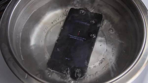 iPhone-6-Boiling-Hot-Water-Test-Will-it-Survive.mp4-00.01.19.916