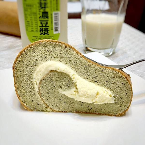 IG_piggypenny-芝麻燕麥豆漿蛋糕捲+馬可先生有機發芽濃豆漿-02.jpg