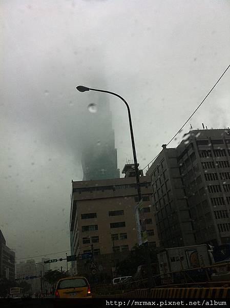 遮掉半邊臉的台北101