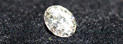 未經LED照射所拍的鑽石