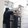 工作人員小心翼翼的把布丁液送入烤箱