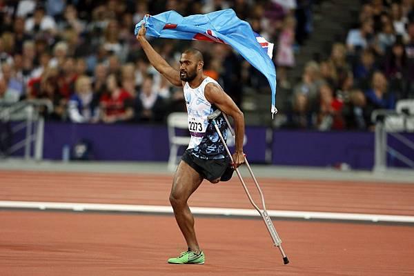 斐濟 Iliesa Delana 慶祝贏得了男子跳高