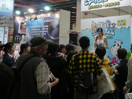 「2012國產鮮乳嘉年華」舉辦「試吃、限時特賣、抽大禮」等 消費者最愛的活動。