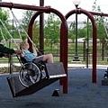 輪椅專用的盪鞦韆