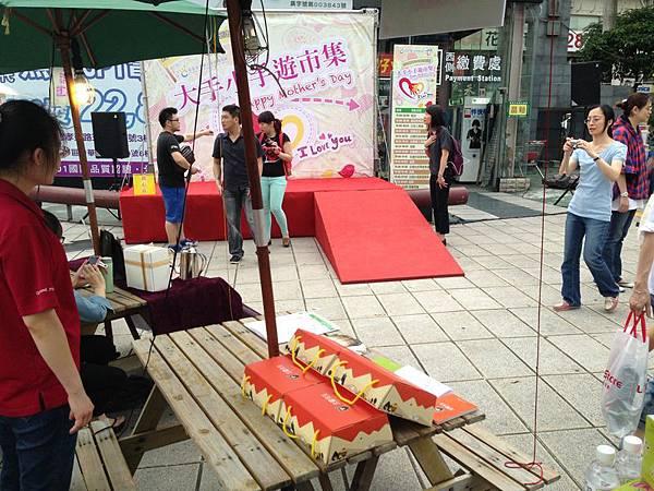 北歐先生「挪威焦糖烤布丁」手工甜點攤位與活動舞台一角。