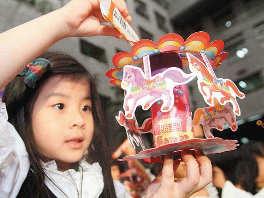 以充滿歡樂和夢想的「旋轉木馬」概念設計而成的「馬年小提燈」也已搶先亮相了。