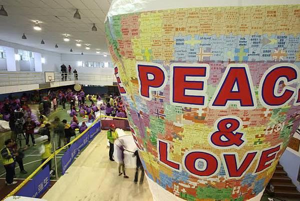 平溪20呎許願天燈-世界國旗拼出「Peace & Love」(台灣好新聞)