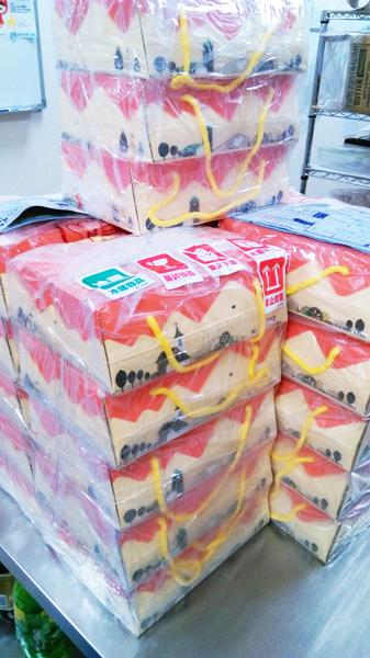 一堆堆「焦糖烤布丁、鮮檸檬蛋糕」包裝完備的成品,長期強化在工作上的職能成果。