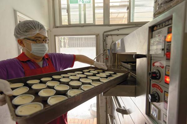 北歐先生手工【鮮檸檬蛋糕】送進烤箱烘焙,從「北歐先生手工甜點專賣店」的庇護員工臉上 可以捕捉到那來自於「擁有專業技能」產生的「自信」。WeekNight週間夜晚-攝影-HippoeR