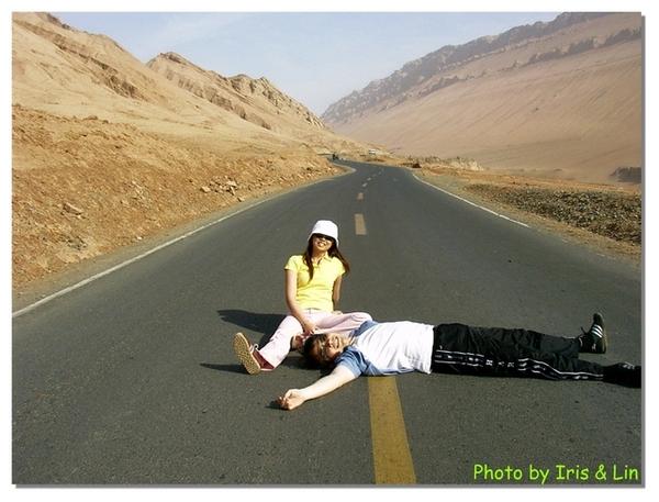 吐魯番火焰山~車即少的馬路~
