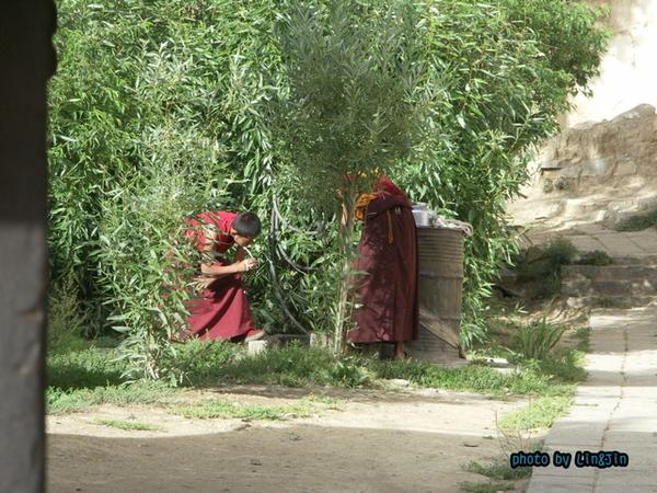 札什倫布寺刷牙的僧人.JPG