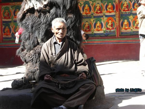 札什倫布寺修行的僧人-4.JPG