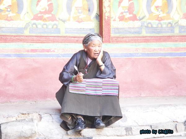 札什倫布寺拿湯匙的老婦人-1.JPG
