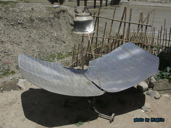 從日喀則回拉薩的路邊餐廳-太陽能加熱茶壺2.JPG