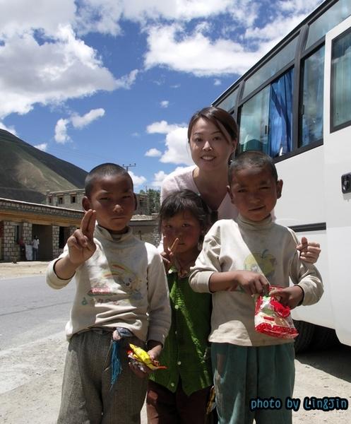從日喀則回拉薩的路邊餐廳-要糖的小孩1.JPG