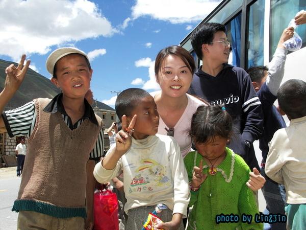 從日喀則回拉薩的路邊餐廳-要糖的小孩2.JPG