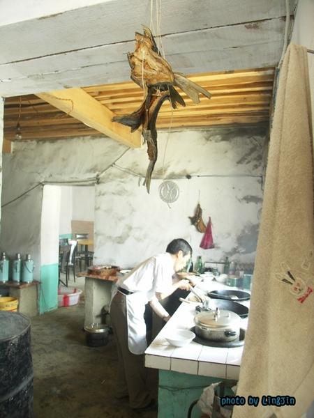 從日喀則回拉薩的路邊餐廳-廚房.JPG