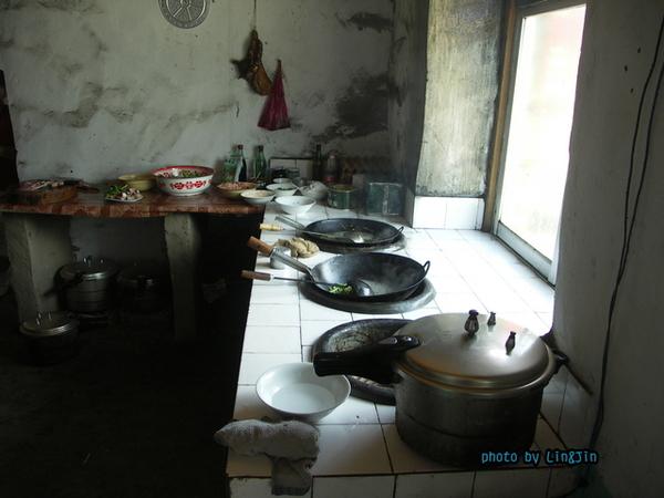 從日喀則回拉薩的路邊餐廳-廚房灶台.JPG