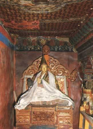 九世達賴喇嘛靈塑像.jpg