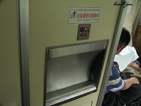青藏鐵路列車裡的垃圾桶