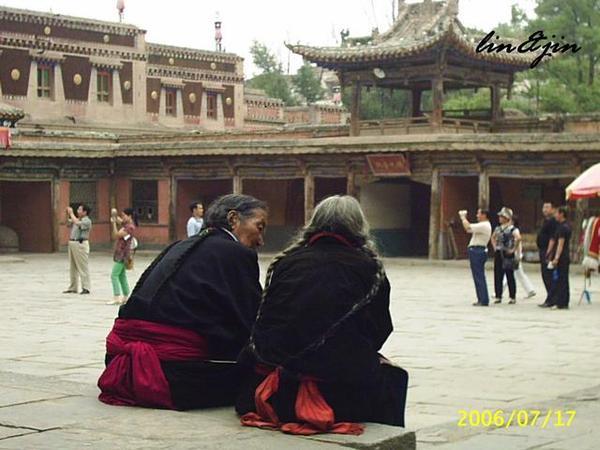 塔爾寺九間殿前兩位老人