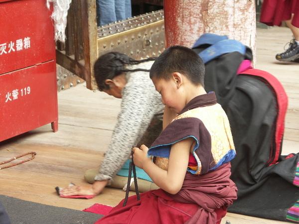 塔爾寺大金瓦殿膜拜的小喇嘛