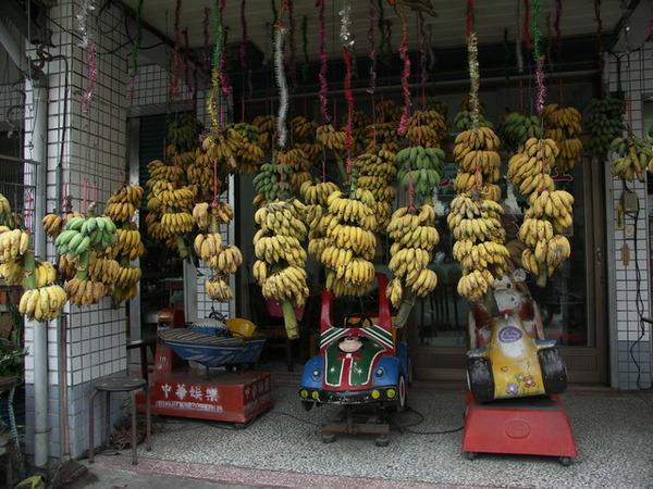 卜肉店的隔壁滿滿的是芭蕉