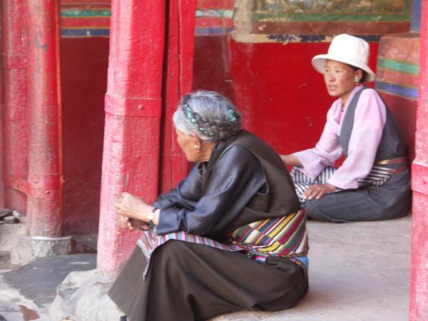 札什倫布寺的老婦人