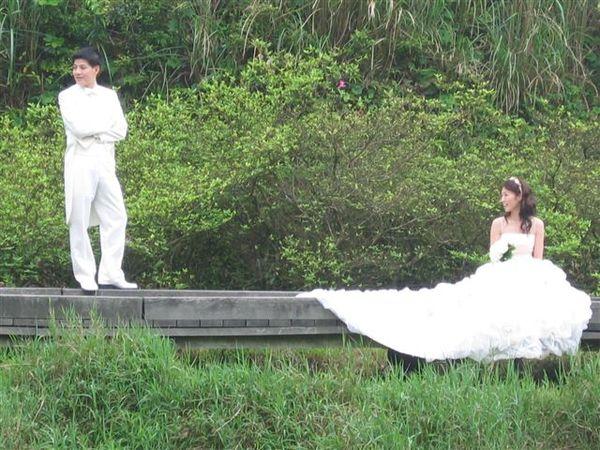 調整新娘坐姿中