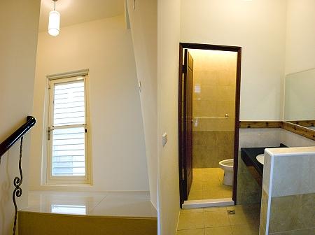 三樓樓梯與盥洗室