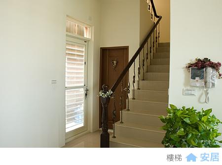 樓梯與後門