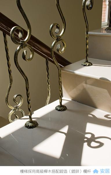 樓梯扶手採用高級櫸木搭配鍛造(鍍鋅)欄杆