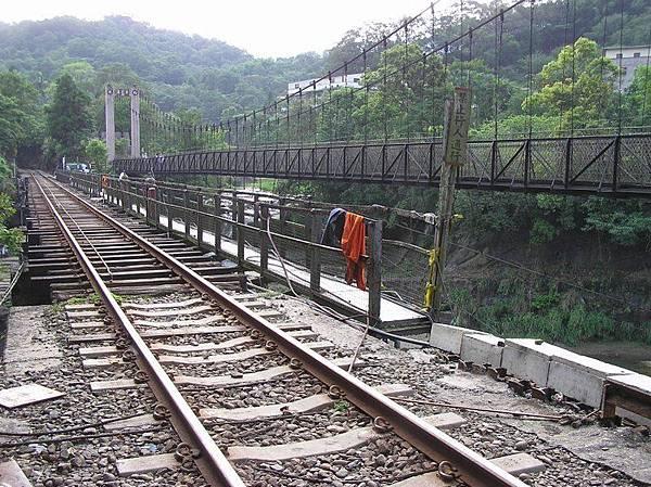 通往十分瀑布的吊橋和鐵橋