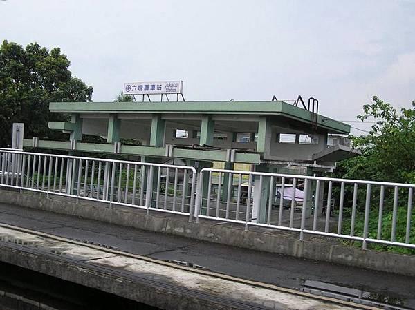 六塊厝車站
