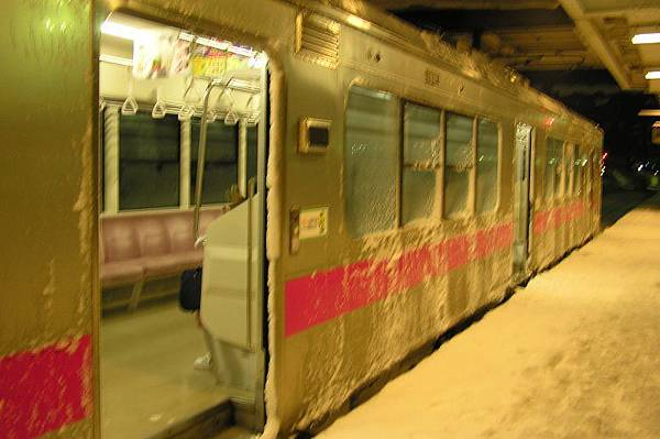 雪天裏跑了一趟的普通電車