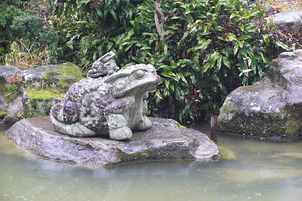 水池中的石像