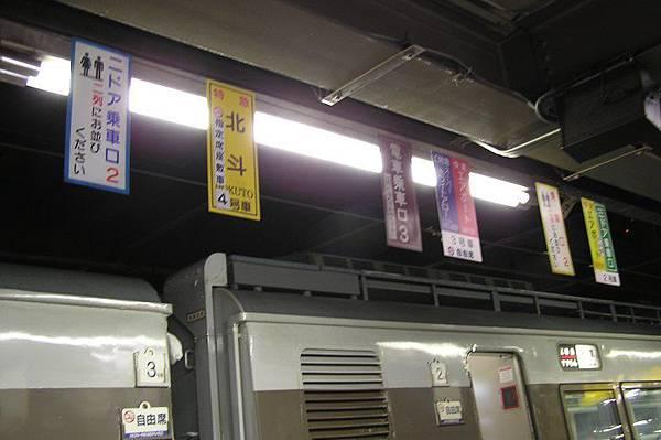 月台上都會標示車門位置