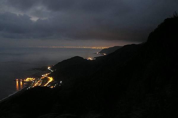 大里與遠方蘭陽平原的夜景