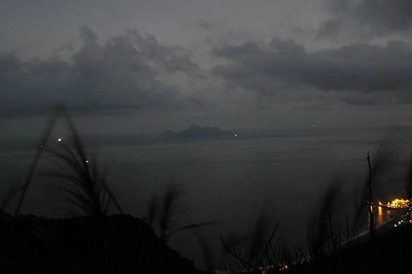龜山島旁點點漁火
