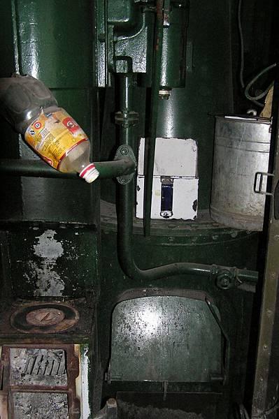 燒柴燒煤提供暖氣兼車掌煮飯用的火爐