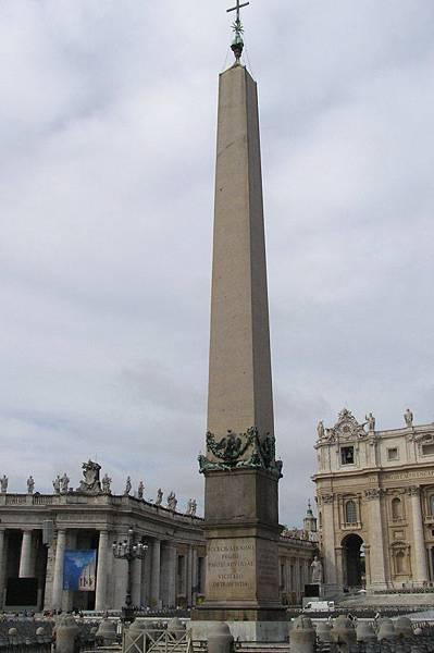 廣場中央的尖碑